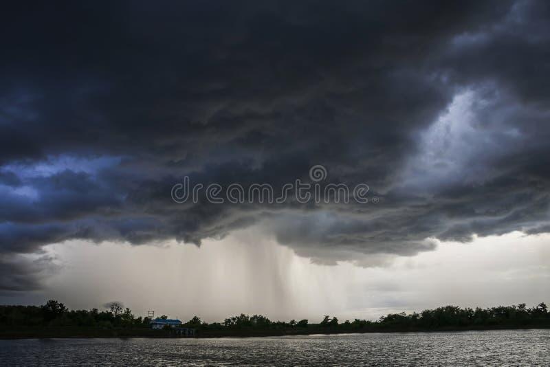 Φως στο σκοτεινό και δραματικό υπόβαθρο σύννεφων θύελλας στοκ φωτογραφίες με δικαίωμα ελεύθερης χρήσης