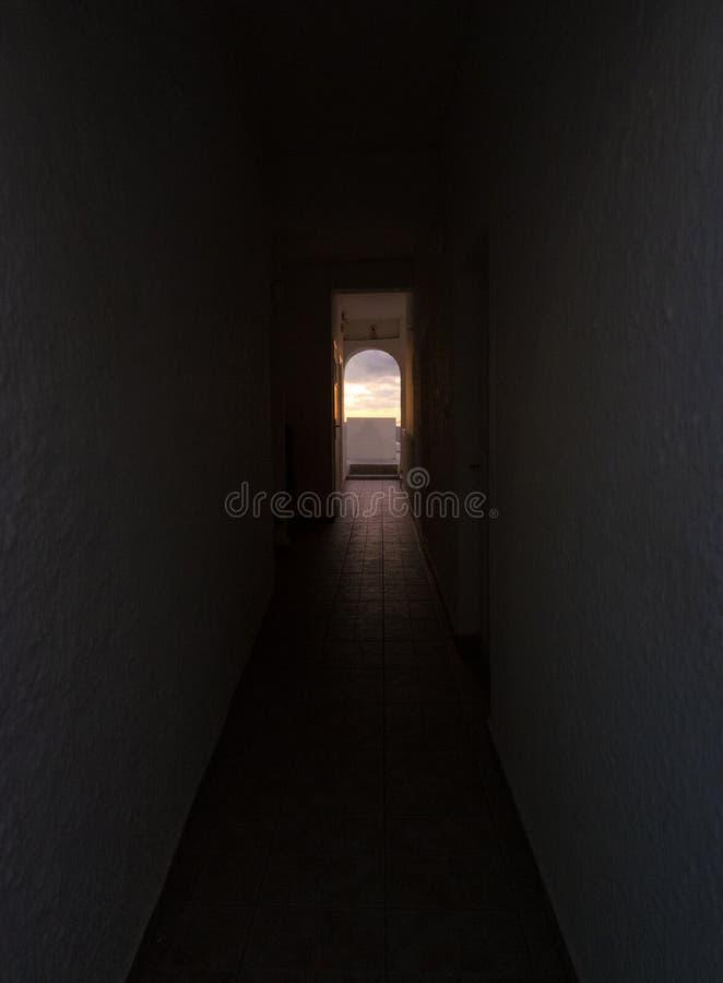 Φως στο τέλος της σήραγγας Santorini Ελλάδα στοκ εικόνα με δικαίωμα ελεύθερης χρήσης