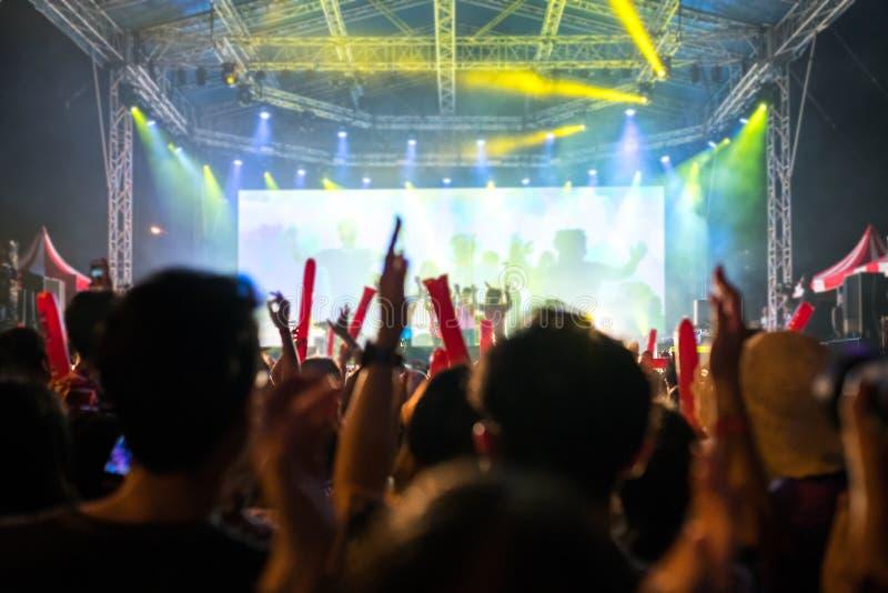 Φως συναυλίας σκηνών Οι άνθρωποι προσέχουν τη συναυλία στοκ φωτογραφία με δικαίωμα ελεύθερης χρήσης