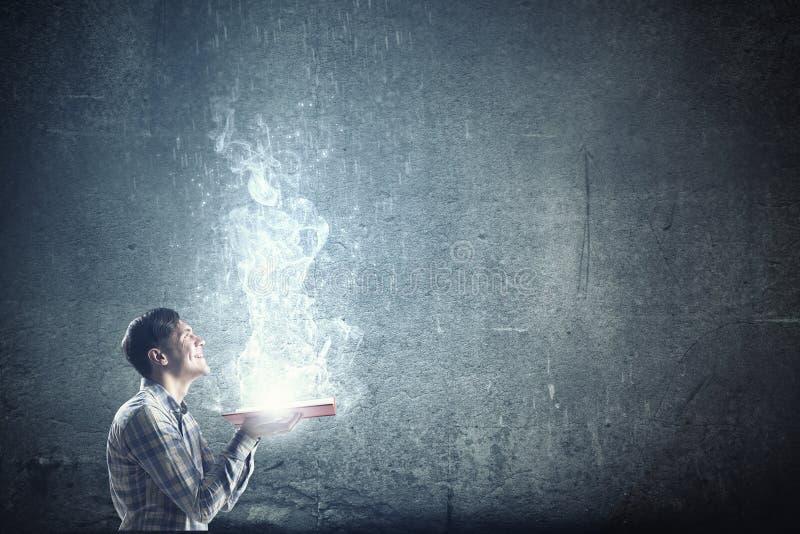 Φως της εκπαίδευσης στο σκοτάδι στοκ φωτογραφία