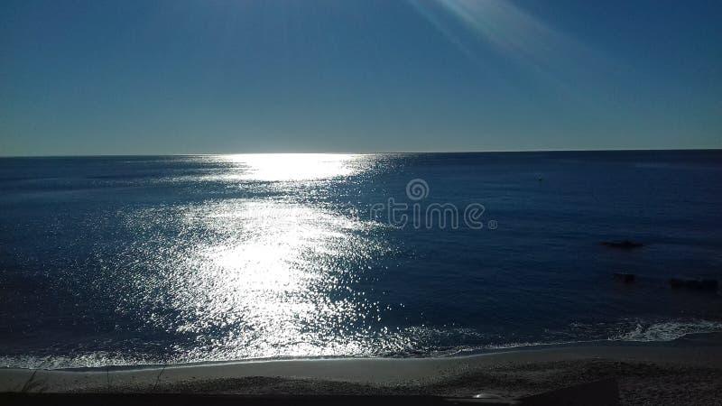 Φως του ήλιου που ακτινοβολεί στη θάλασσα στοκ φωτογραφίες