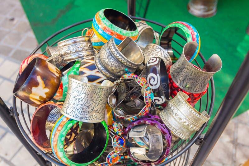 Φωτεινά βραχιόλια και βραχιόλια για τις γυναίκες στοκ φωτογραφίες με δικαίωμα ελεύθερης χρήσης