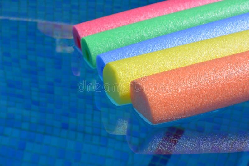 Φωτεινά και ζωηρόχρωμα νουντλς λιμνών σε μια πισίνα, κανένας άνθρωπος στοκ φωτογραφία με δικαίωμα ελεύθερης χρήσης