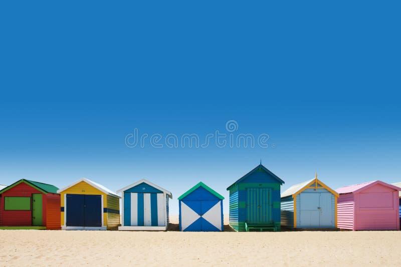Φωτεινά και ζωηρόχρωμα σπίτια στην άσπρη παραλία άμμου στοκ φωτογραφία