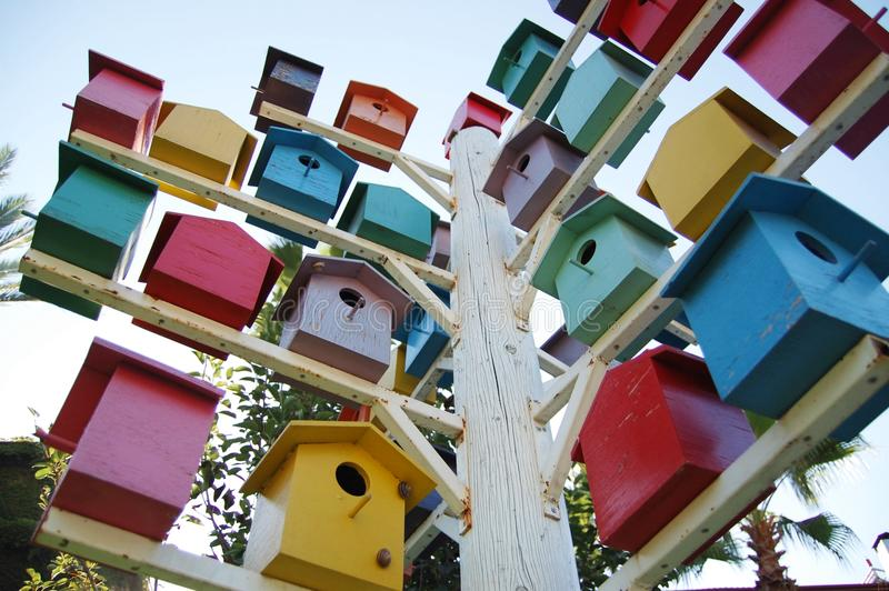 Φωτεινά και όμορφα birdhouses στοκ εικόνα με δικαίωμα ελεύθερης χρήσης