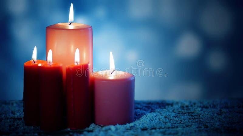 Φωτεινά κεριά πέρα από το χιόνι στοκ φωτογραφίες με δικαίωμα ελεύθερης χρήσης