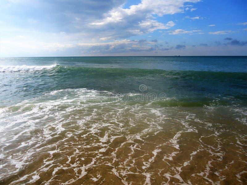 Φωτεινά κύματα της μπλε θάλασσας και του μπλε ουρανού στοκ εικόνα