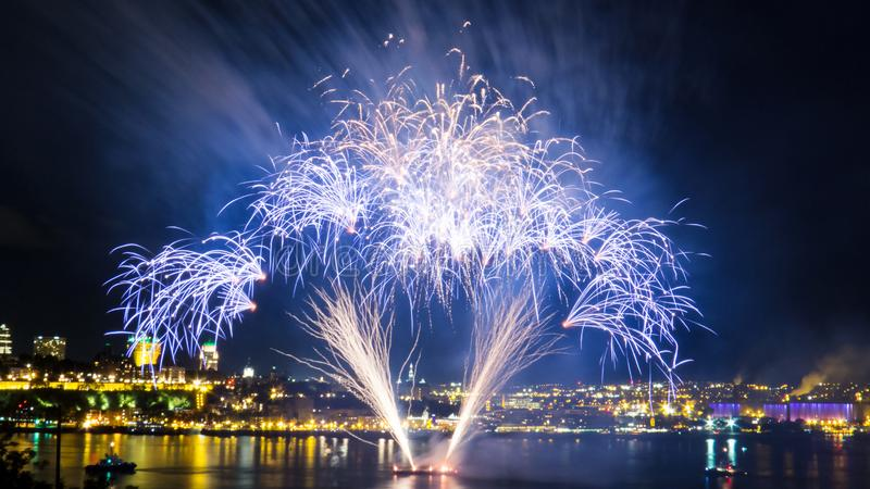 Φωτεινά μπλε πυροτεχνήματα   Πόλη του Κεμπέκ στοκ εικόνα με δικαίωμα ελεύθερης χρήσης