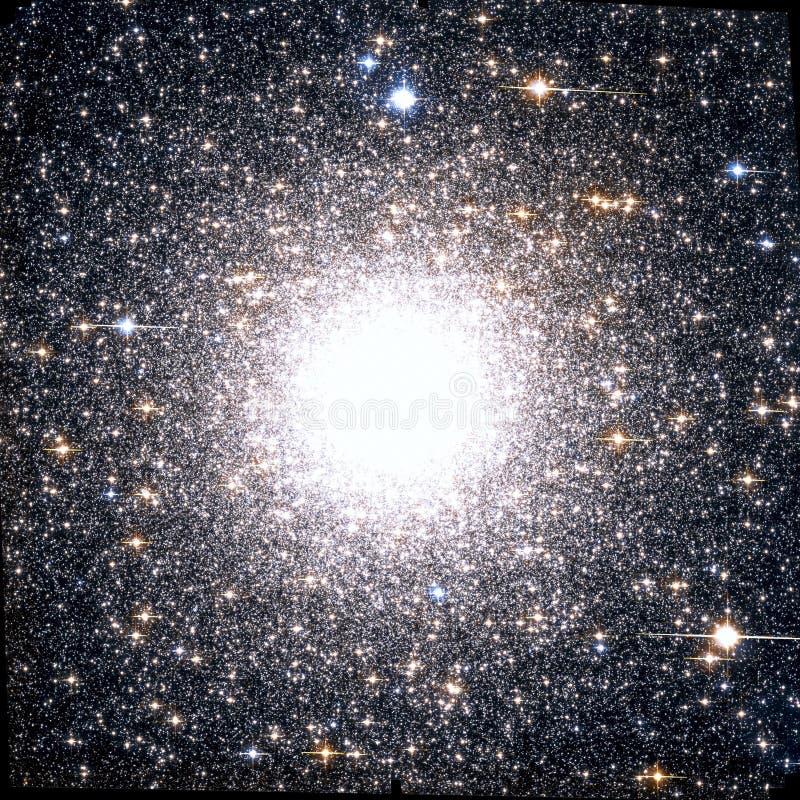 Φωτεινά στοιχεία εικόνας κόσμου συστάδων ενισχυμένα νεφέλωμα από τη NASA/ESO | Ταπετσαρία υποβάθρου γαλαξιών στοκ εικόνες με δικαίωμα ελεύθερης χρήσης