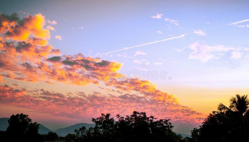 Φωτεινά σύννεφα που φαίνονται μεγάλα με τον καλό τόνο χρώματος στοκ φωτογραφίες με δικαίωμα ελεύθερης χρήσης