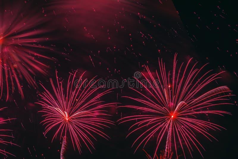 Φωτεινές κόκκινες καμμένος σφαίρες και τρέμοντας αστέρια, πυροτεχνήματα Κομψό υπόβαθρο για όλες τις εορταστικές περιπτώσεις εορτα στοκ εικόνες