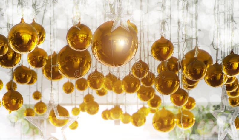 Φωτεινές σφαίρες Χριστουγέννων, κίτρινο και χρυσό υπόβαθρο για τις ιδέες σχεδίου Χριστουγέννων στοκ φωτογραφία με δικαίωμα ελεύθερης χρήσης