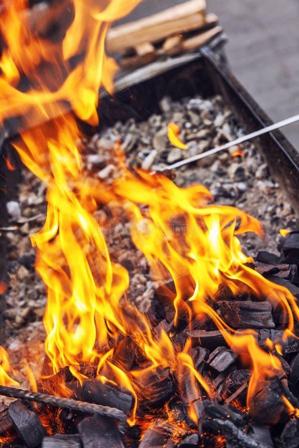 Φωτεινές φλόγες στη σχάρα E στοκ φωτογραφίες με δικαίωμα ελεύθερης χρήσης