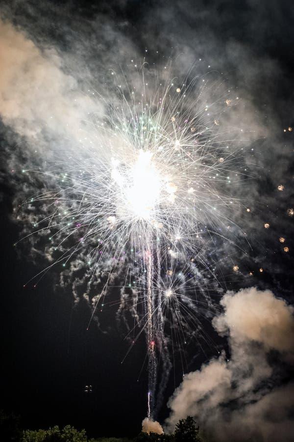 Φωτεινή έκρηξη των πυροτεχνημάτων στοκ εικόνες