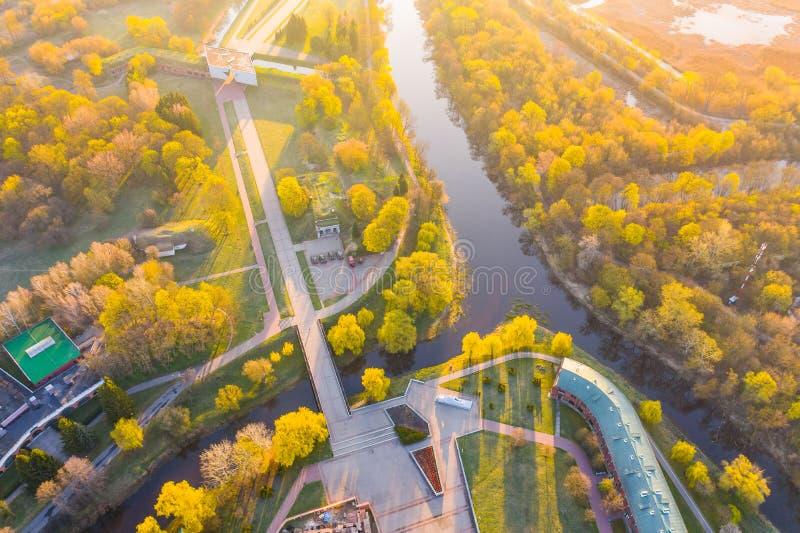 Φωτεινή ανατολή πέρα από το φρούριο του Brest Περιοχή πόλεων που περιβάλλεται από το μικρό ποταμό, εναέριο τοπίο στοκ φωτογραφία με δικαίωμα ελεύθερης χρήσης