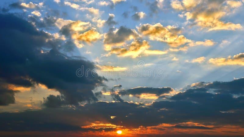 Φωτεινή ηλιόλουστη αυγή στον ουρανό r στοκ φωτογραφίες με δικαίωμα ελεύθερης χρήσης