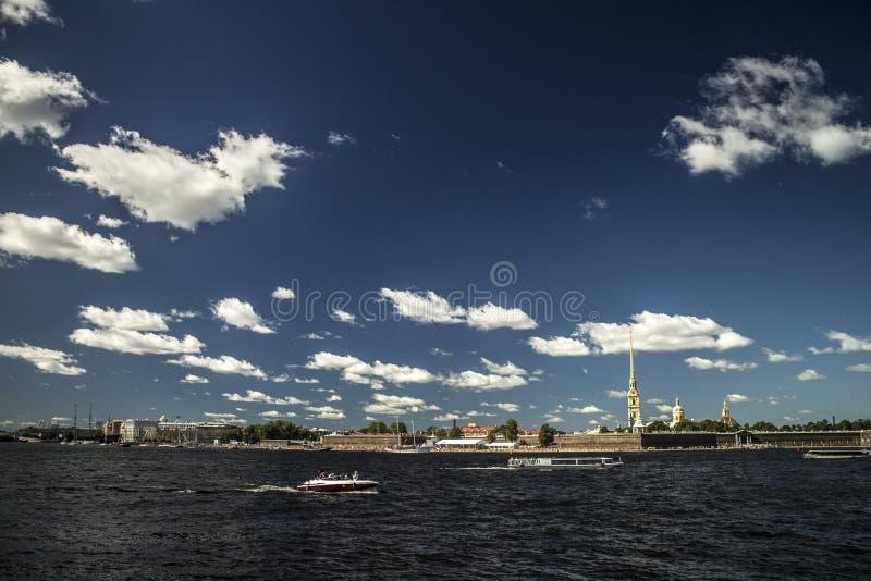 Φωτεινή ηλιόλουστη ημέρα στη Αγία Πετρούπολη στοκ εικόνες με δικαίωμα ελεύθερης χρήσης