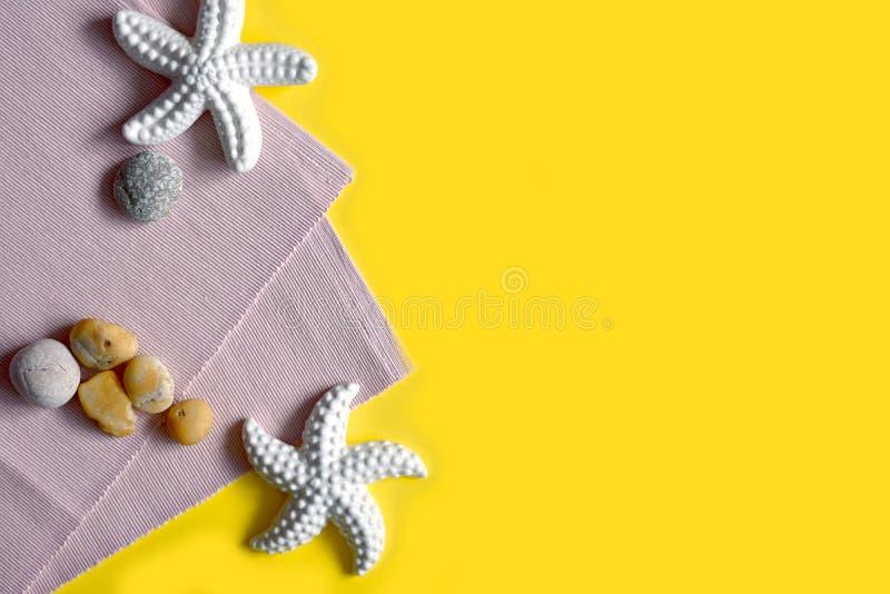 Φωτεινή κίτρινη θερινή έννοια με το υπόβαθρο αστεριών στοκ εικόνα με δικαίωμα ελεύθερης χρήσης