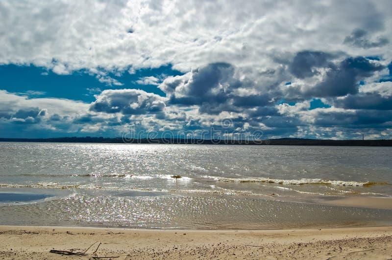 Φωτεινή και όμορφη ημέρα άνοιξη στην ακτή του ποταμού Dnepr στοκ εικόνα
