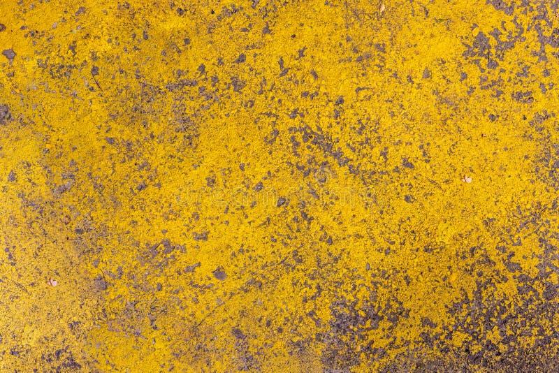 Φωτεινή καλλιτεχνική ζωγραφική Κίτρινο ξεφλουδισμένο χρωματισμένο υπόβαθρο σύστασης τοίχων στόκων Σκυρόδεμα και τουβλότοιχος Αφηρ στοκ φωτογραφίες