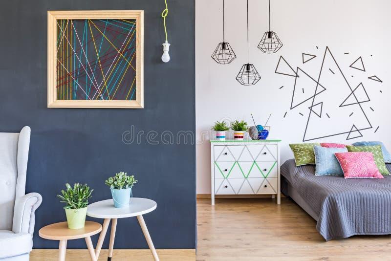 Φωτεινή κρεβατοκάμαρα με το καθιστικό στοκ εικόνες