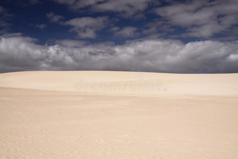 Φωτεινή λάμποντας άσπρη άκρη του αμμόλοφου άμμου που αντιπαραβάλλει ενάντια στο βαθύ μπλε ουρανό, Corralejo, Fuerteventura, Κανάρ στοκ εικόνες