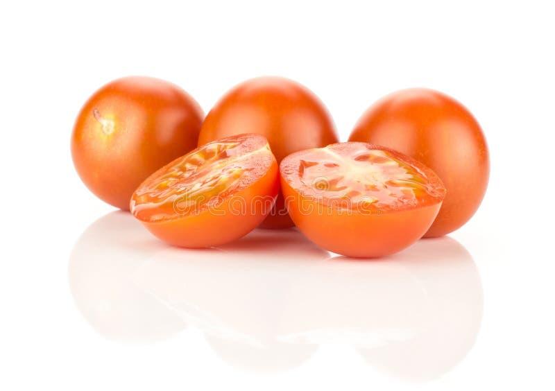 Φωτεινή ντομάτα κερασιών κόκκινου χρώματος που απομονώνεται στο λευκό στοκ εικόνες