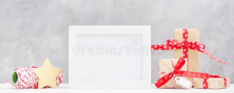 Φωτεινή χλεύη Χριστουγέννων επάνω με το πλαίσιο φωτογραφιών: εορταστικά κιβώτια δώρων, τυλίγοντας νήμα και χρυσό αστέρι νέο έτος  στοκ εικόνες με δικαίωμα ελεύθερης χρήσης