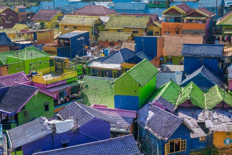 Φωτεινοί προσόψεις και στέγες σπιτιών σε γειτονιά Malang της Ινδονησίας στοκ φωτογραφίες