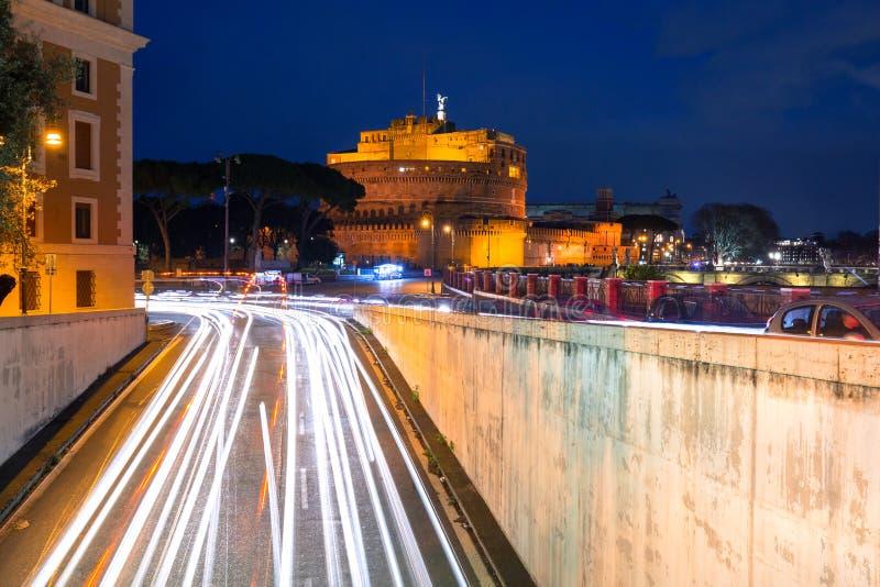 Φωτεινοί σηματοδότες στον άγγελο Castle Αγίου στη Ρώμη τη νύχτα, Ιταλία στοκ εικόνες