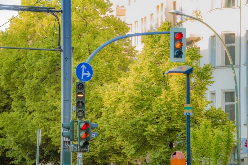 Φωτεινοί σηματοδότες οδών για τα οδικά οχήματα και τραμ στην πόλη στοκ φωτογραφίες με δικαίωμα ελεύθερης χρήσης