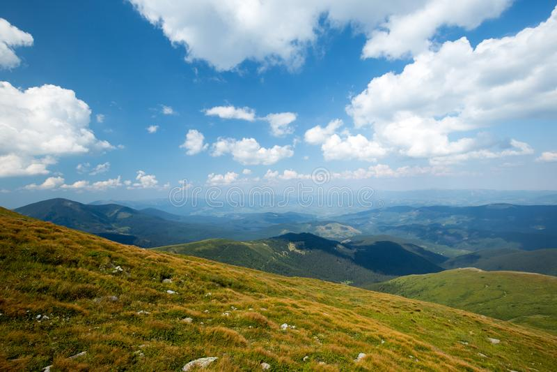 φωτεινός ήλιος Ακτίνες ήλιων στη φύση carpathians Τα βουνά Ο ήλιος στοκ εικόνες με δικαίωμα ελεύθερης χρήσης