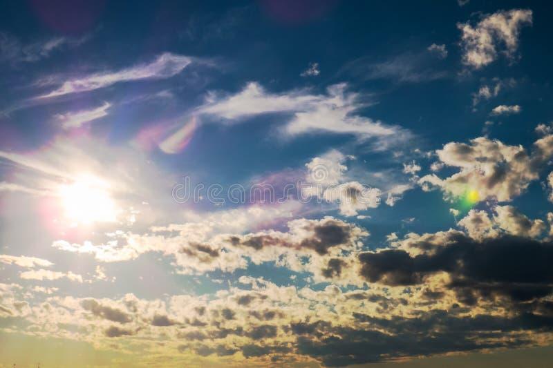Φωτεινός ήλιος με τα σκοτεινά σύννεφα στοκ εικόνα