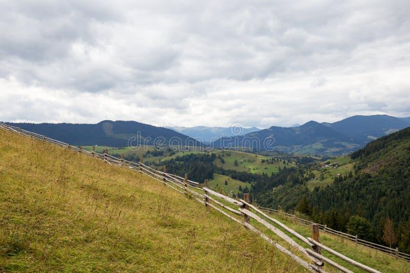 φωτεινός ήλιος ουρανός Σύννεφα carpathians Τα βουνά Ο ήλιος στοκ φωτογραφίες