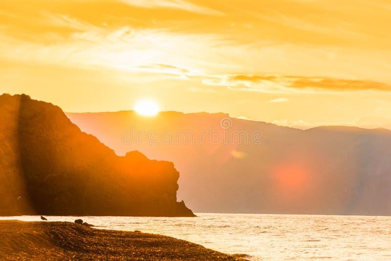Φωτεινός ήλιος, όμορφοι βράχοι και η θάλασσα, όμορφο τοπίο στη DA στοκ φωτογραφία με δικαίωμα ελεύθερης χρήσης