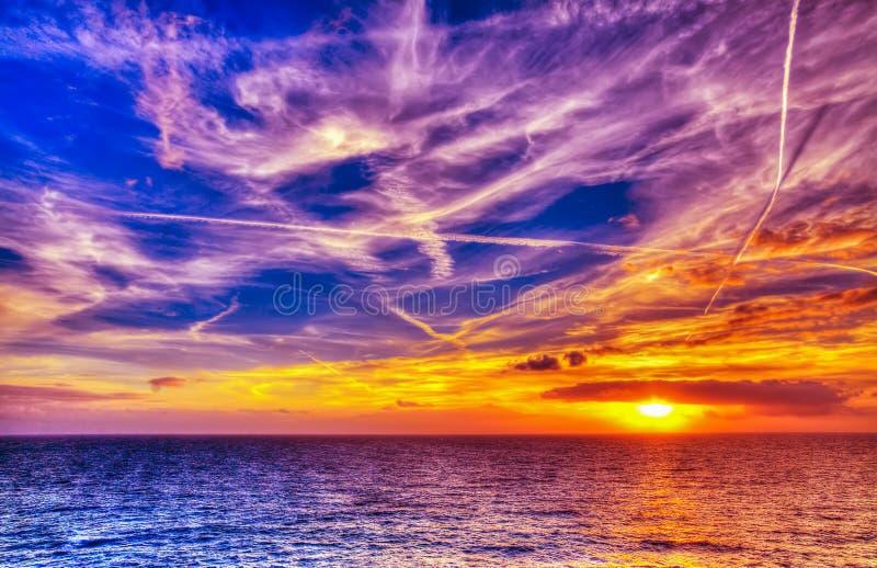 Φωτεινός ήλιος και άσπρα σύννεφα πέρα από τη θάλασσα στην ακτή Alghero στοκ εικόνες
