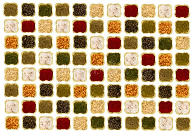 Φωτεινός εύγευστος καρυκευμάτων κεραμικά κύπελλα ενός στα άσπρα υποβάθρου που τακτοποιούνται symmetrically και ομαλά στοκ εικόνα με δικαίωμα ελεύθερης χρήσης
