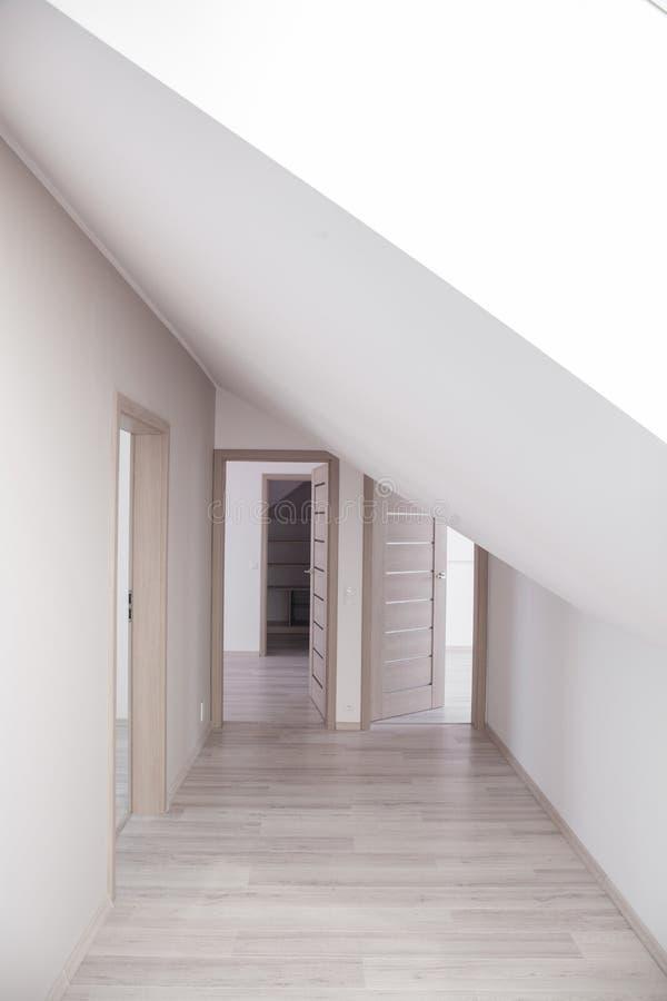 Φωτεινός διάδρομος με τις μπεζ πόρτες στοκ φωτογραφία