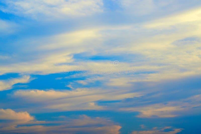 Φωτεινός μπλε ουρανός για την υποδοχή έννοιας υποβάθρου στο καλοκαίρι και τις διακοπές στοκ φωτογραφίες