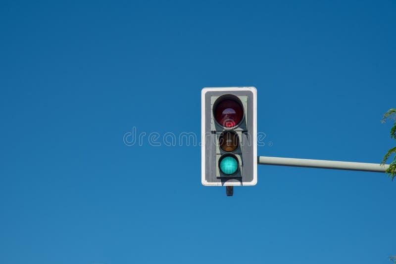 Φωτεινός σηματοδότης με έναν μπλε ουρανό στοκ εικόνες
