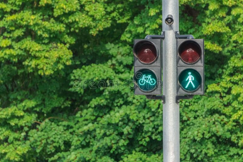 Φωτεινός σηματοδότης με πράσινο λίγη ασφάλεια ατόμων και ποδηλατών στους δρόμους Ασφάλεια ζωής στοκ εικόνα με δικαίωμα ελεύθερης χρήσης