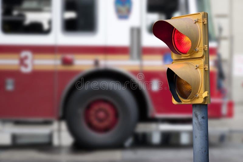 Φωτεινός σηματοδότης με τη μηχανή πυρκαγιάς στοκ εικόνες με δικαίωμα ελεύθερης χρήσης