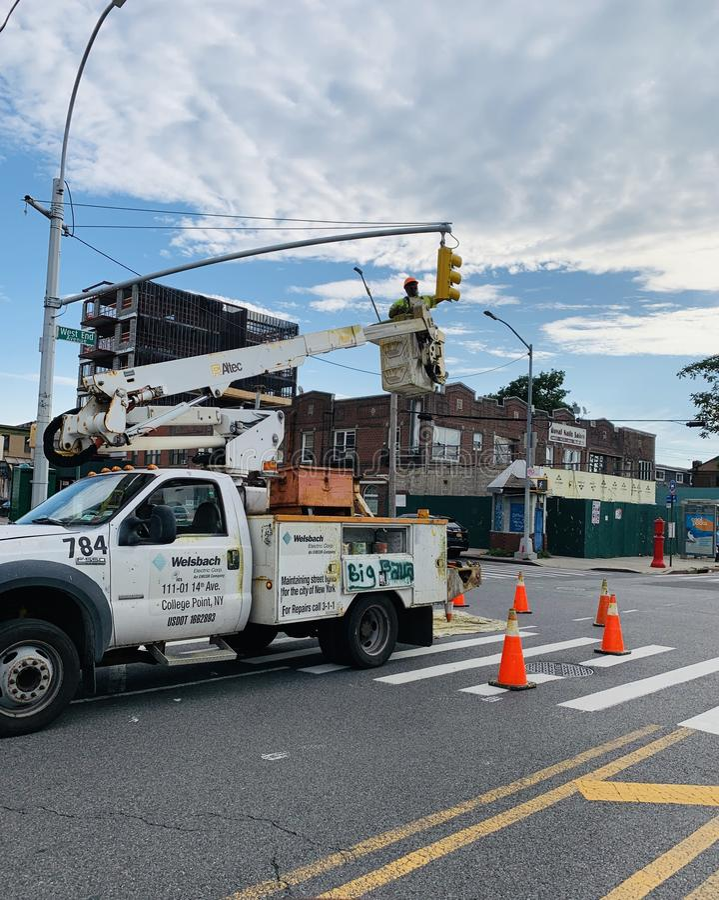 Φωτεινός σηματοδότης που επισκευάζει την υπό εξέλιξη οδό της Νέας Υόρκης του Μπρούκλιν στοκ φωτογραφίες