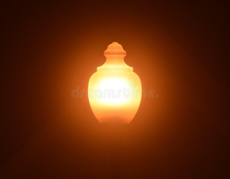 Φωτεινός σηματοδότης σε μια ομιχλώδη νύχτα στοκ εικόνα με δικαίωμα ελεύθερης χρήσης