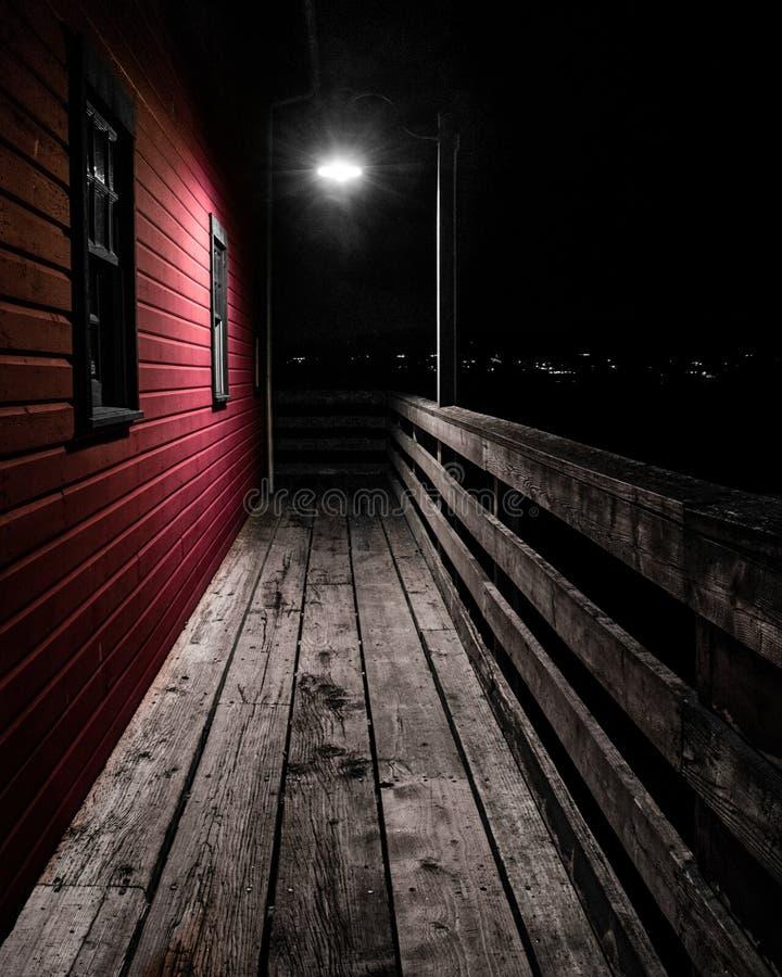 Φωτεινός σηματοδότης στην ξύλινη γέφυρα στοκ εικόνες