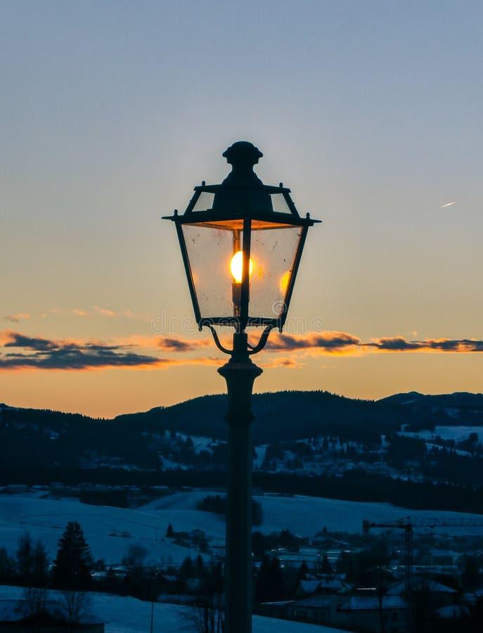 Φωτεινός σηματοδότης στο ηλιοβασίλεμα στοκ εικόνα