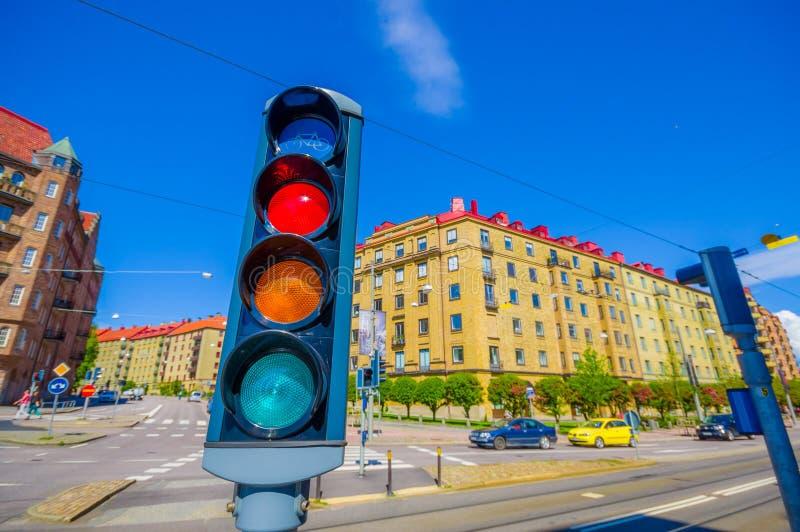 Φωτεινός σηματοδότης και κλασικό arquitecture μέσα στο κέντρο της πόλης στοκ εικόνες