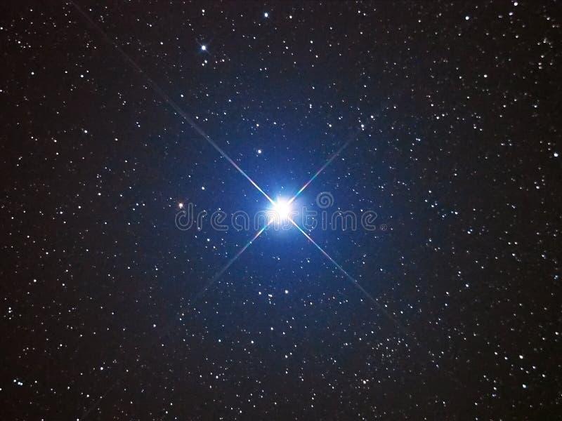Φωτεινό αστέρι Capella στο νυχτερινό ουρανό στοκ φωτογραφία