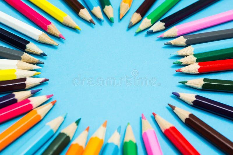 Φωτεινό αφηρημένο υπόβαθρο των πολύχρωμων μολυβιών με μορφή ενός κύκλου, τοπ άποψη r στοκ εικόνες