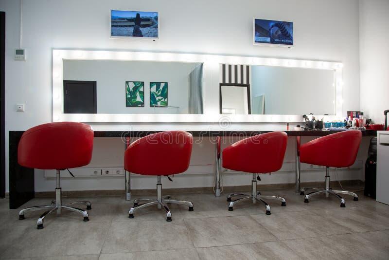 Φωτεινό βεστιάριο με τις κόκκινες καρέκλες ένα απλό δωμάτιο για τη σύνθεση που διάφορες άνετες καρέκλες είναι σε μια σειρά στοκ εικόνες με δικαίωμα ελεύθερης χρήσης